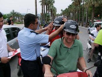 Polisler sürücülere kask hediye etti