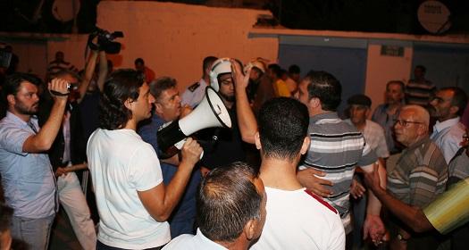 Kavga eden grupları polis zor ayırdı