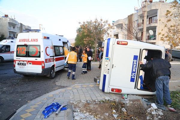 Minibüsler çarpıştı: 13 yaralı