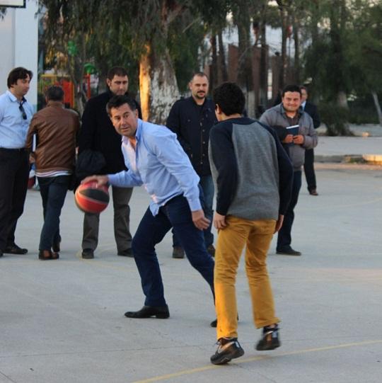 Kocadan öğrencilerle top oynadı