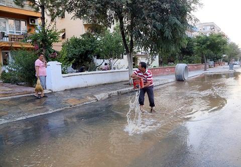 Milas'ta fosseptikten sonra su borusu patladı