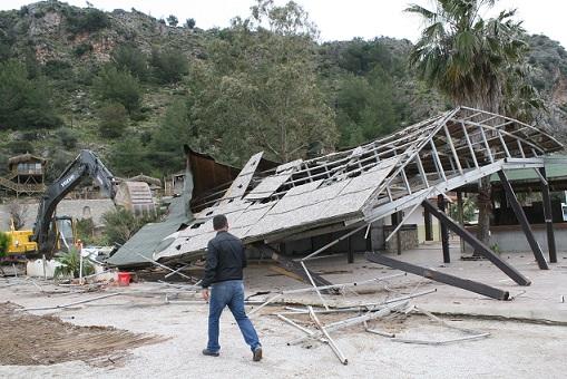 Kızkumu'ndaki kaçak tesis yıkıldı