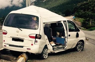Minibüsün kapısı koptu, yolcular yola savruldu