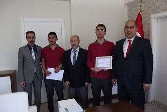Ödüllerini Kaymakam Özkan'dan aldılar