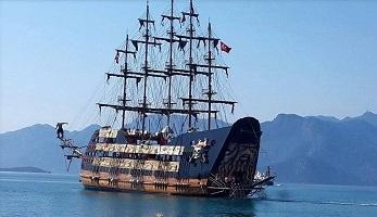 Korsan gemisi Marmaris'e demirledi
