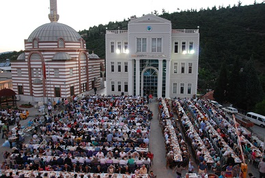 Kavaklıdere Belediyesi, her mahallede iftar veriyor