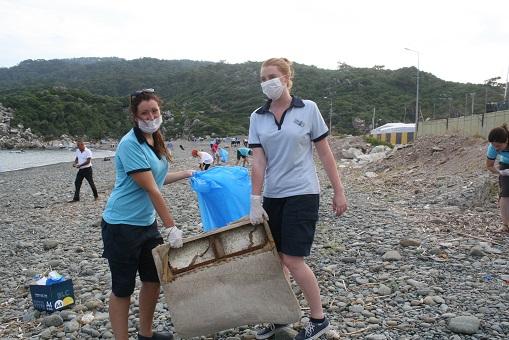 Yabancı rehberler kıyı temizliği yaptı