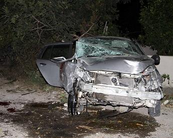 Araç evin duvarına çarptı: 2 ağır yaralı