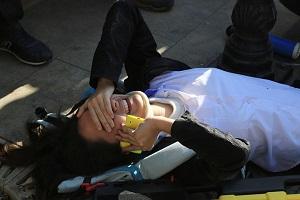 Gözyaşları içinde ambulans bekledi