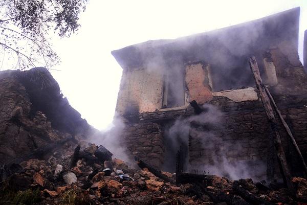 Yangın 3 evi kül etti, yaşlı kadın yanarak öldü