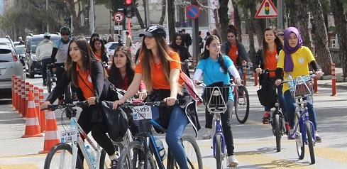 Kadınlar için pedal çevirdiler