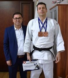 Madalya ve kupalarını başkana getirdi