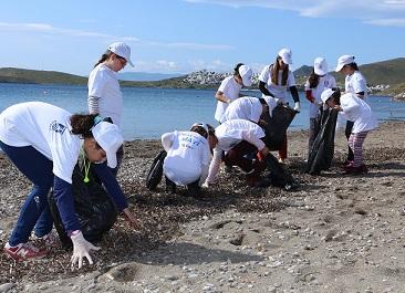 Minikler sahili temizledi