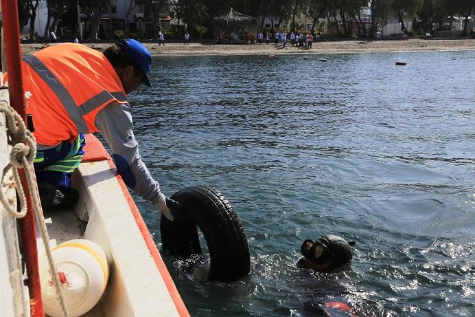 Dalgıçlar denizi, öğrenciler sahili temizledi