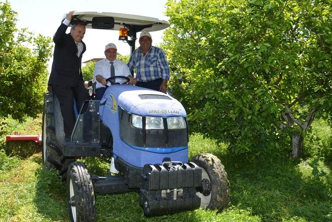 Vali traktöre bindi, gübreleme yaptı