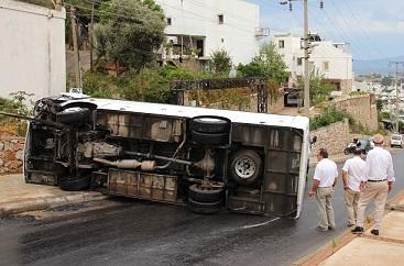 Kayganlaşan yol minibüsü devirdi
