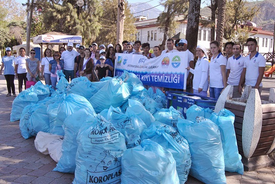 Sahillerden 100 torba atık toplandı