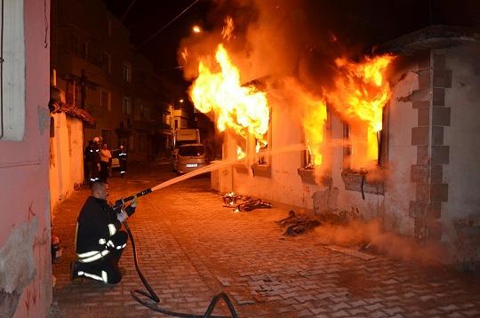 Boş ev yanarak kül oldu