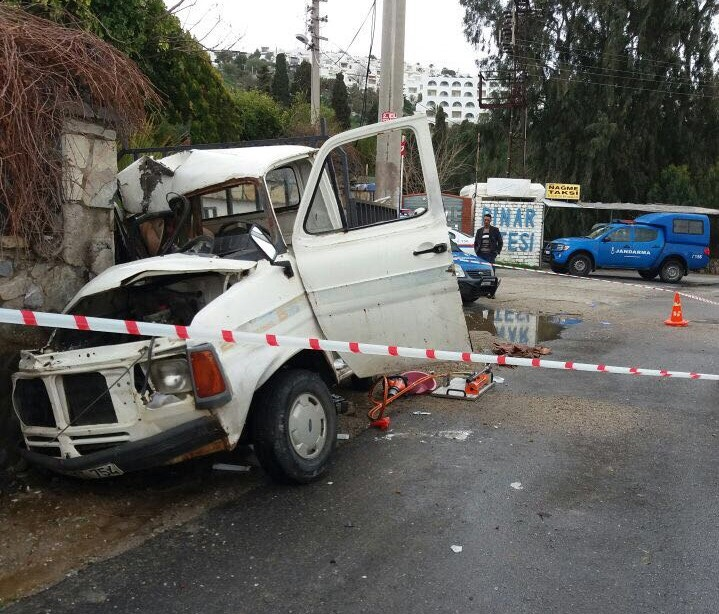 Araç duvara çarptı: 2 ölü