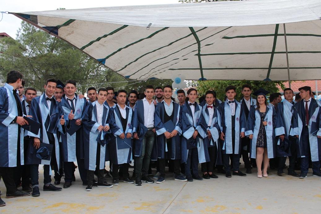Denizcilik öğrencileri diplomalarını göle bıraktı