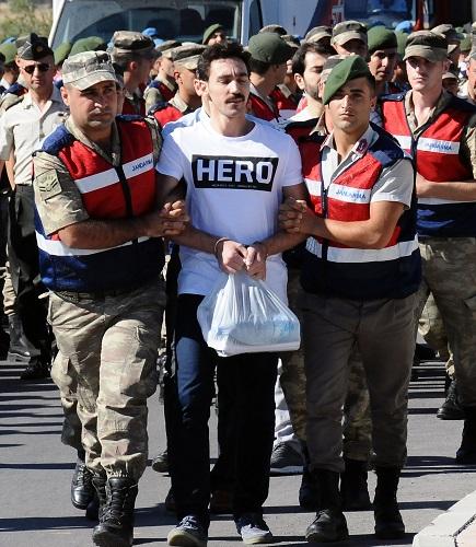 Duruşmada 'Hero' yazılı tişört gerginliği