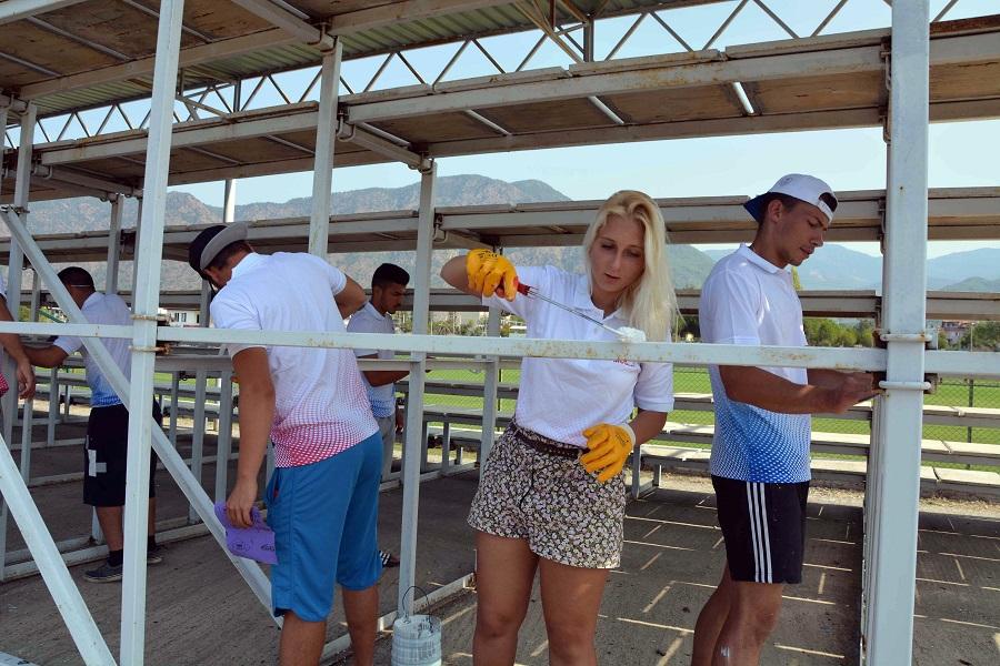 Gönüllü öğrenciler tribünleri boyadı