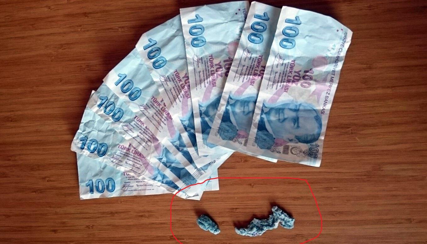 Kalpazan paraları yutmaya çalıştı