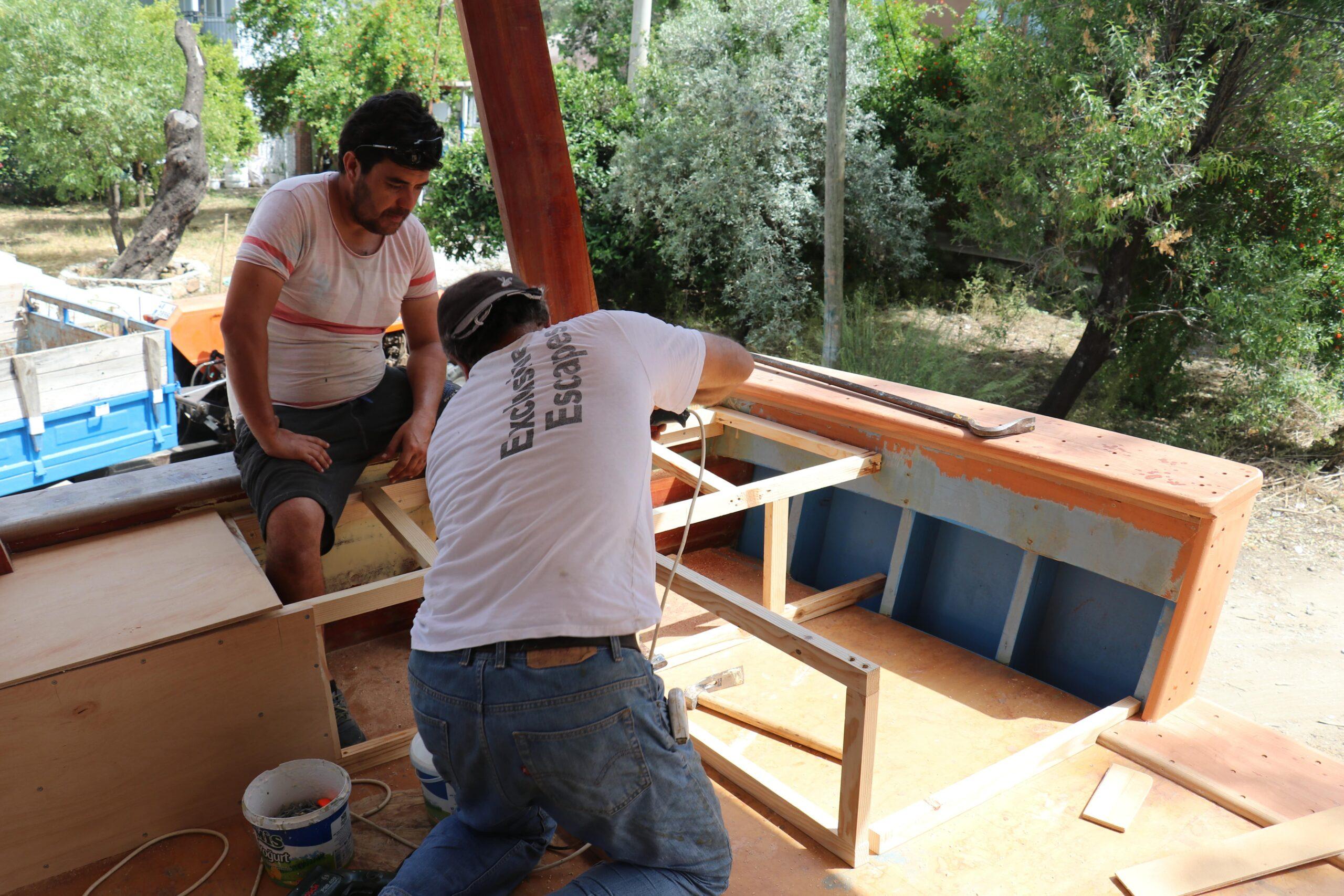 Evlerinin bahçesinde tekne yapıyorlar