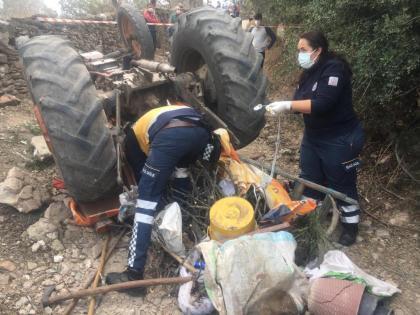 Traktör Devrildi İki Kişi Hayatını Kaybetti