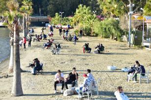Muğla'da sıcak havayı fırsat bilenler sahil kenarlarını doldurdu
