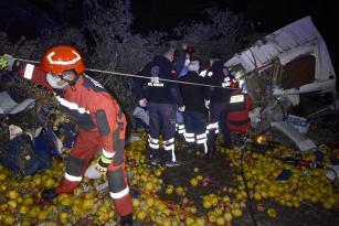 Meyve yüklü kamyon devrildi 1 kişi öldü