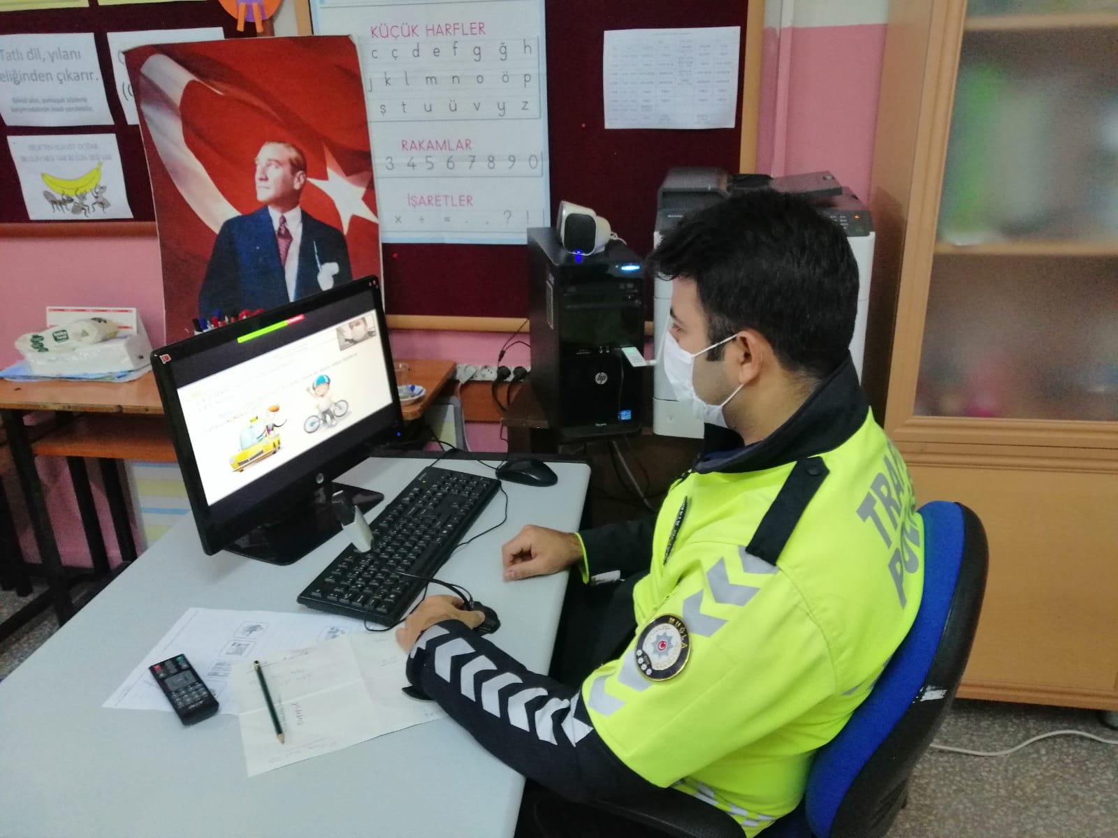 Ortaca'da polisten öğrencilere çevrim içi trafik eğitimi