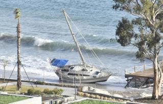 Kuvvetli rüzgar bir tekneyi kıyıya sürükledi
