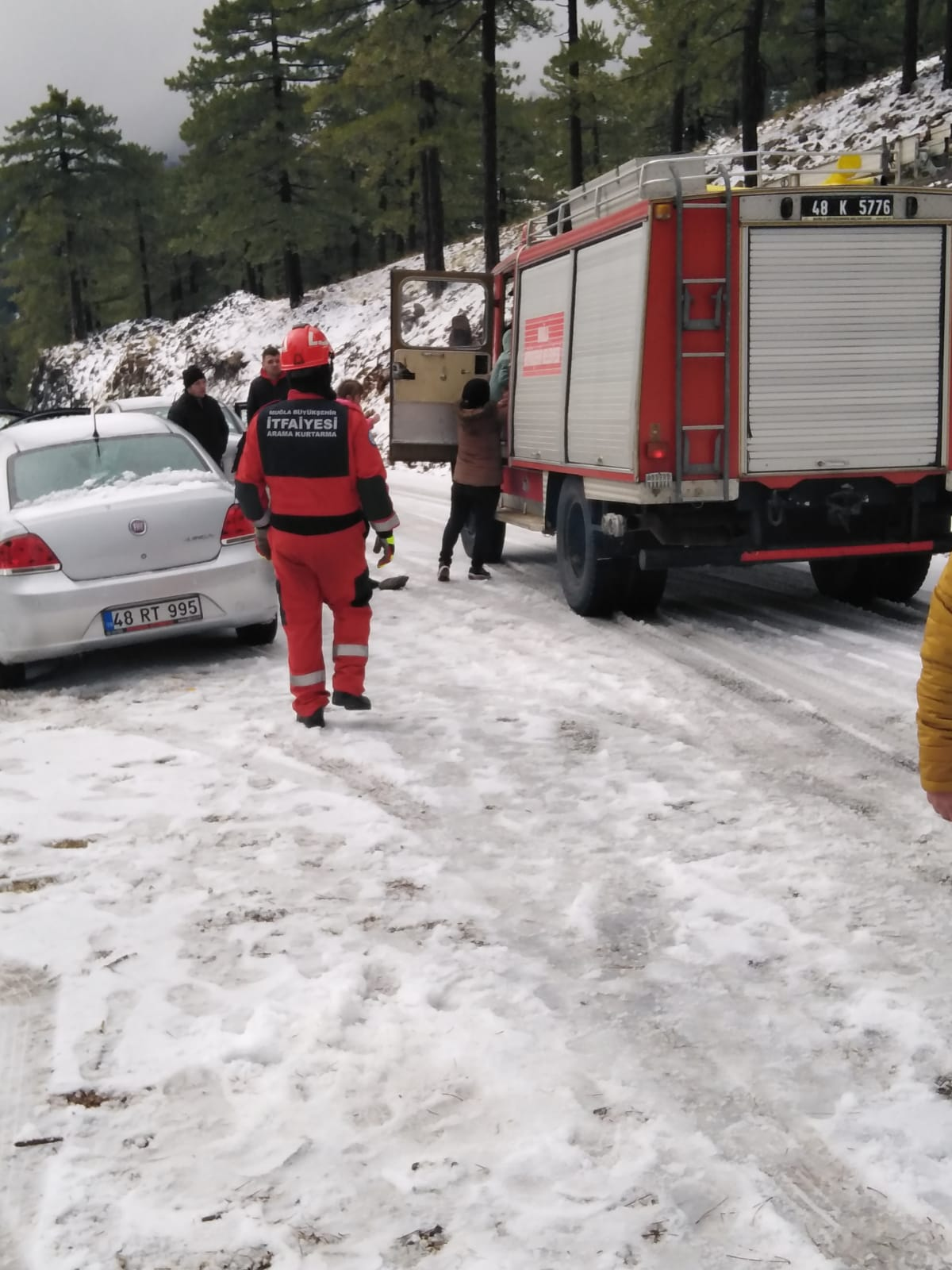 Karda mahsur kalanları, ekipler kurtardı