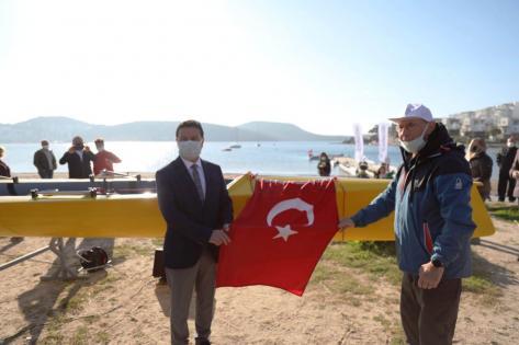 Bodrum'da kürek teknesi denize indirildi