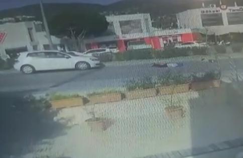 anne ve oğlunun kazada yaralandığı anlar güvenlik kamerasına yansıdı