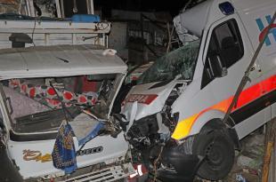 Kamyonlara çarpan ambulanstaki 3 sağlık çalışanı yaralandı