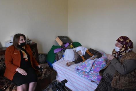 """Muğla'da 107 yaşındaki Nasibe Kemiksiz'e """"Dünya Kadınlar Günü"""" ziyaretinde yeni kimliği verildi"""