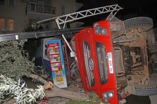 Muğla'da hafriyat yüklü kamyon devrildi: 2 yaralı