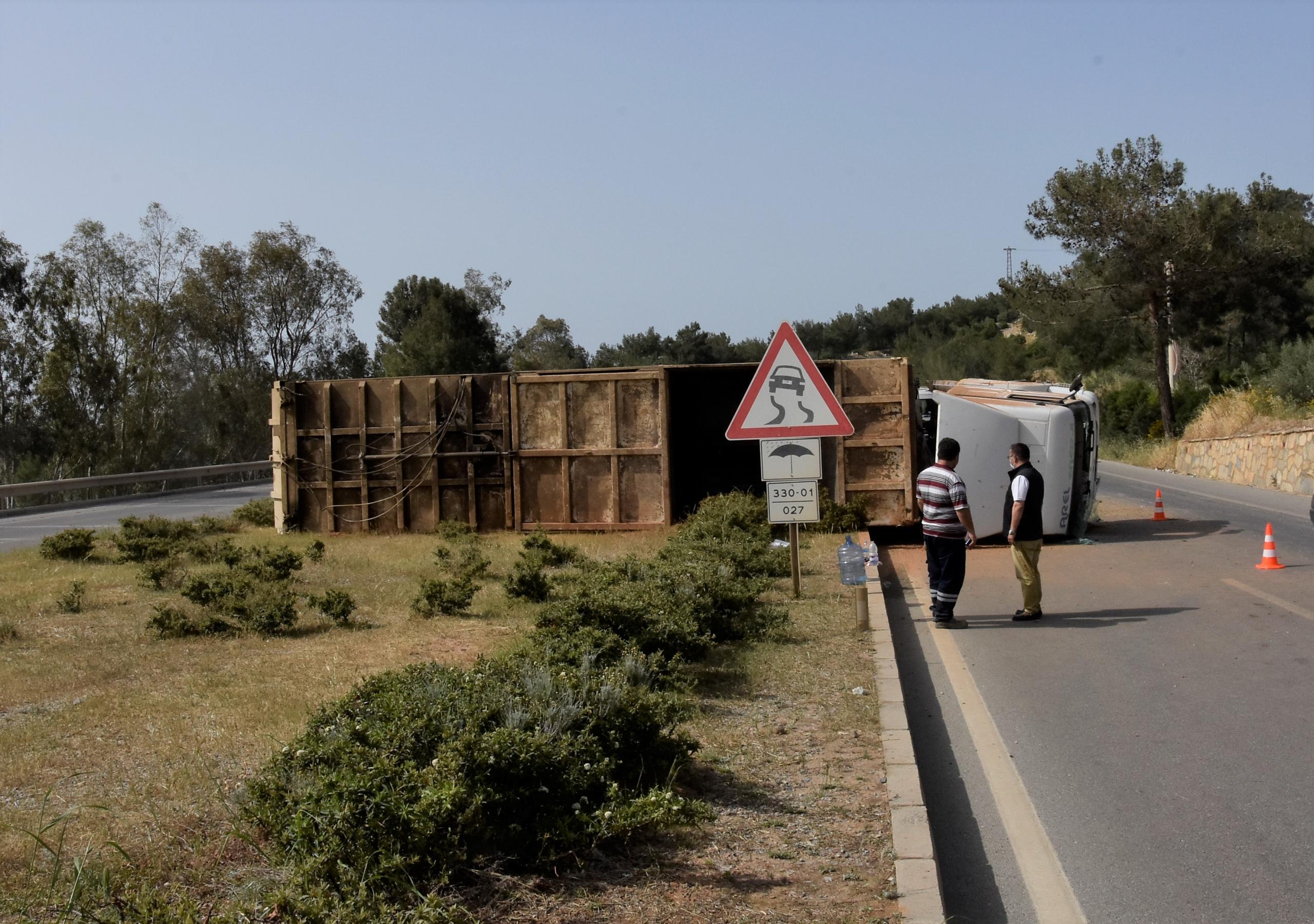 Bodrum'da devrilen tırın sürücüsü yaralandı