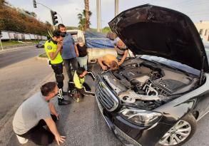 otomobilin motor bölümünde sıkışan kedi yavrusu kurtarıldı