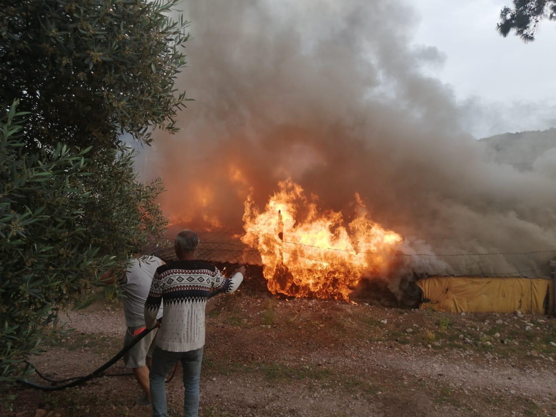 çıkan yangında ahşap ev kullanılamaz hale geldi