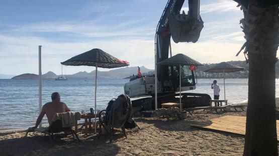 iş makinesiyle sahilde tehlikeli hareketler yapan operatör serbest bırakıldı