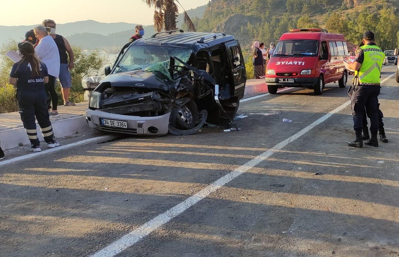 hafif ticari araç ve kepçe çarpıştı: 4 yaralı
