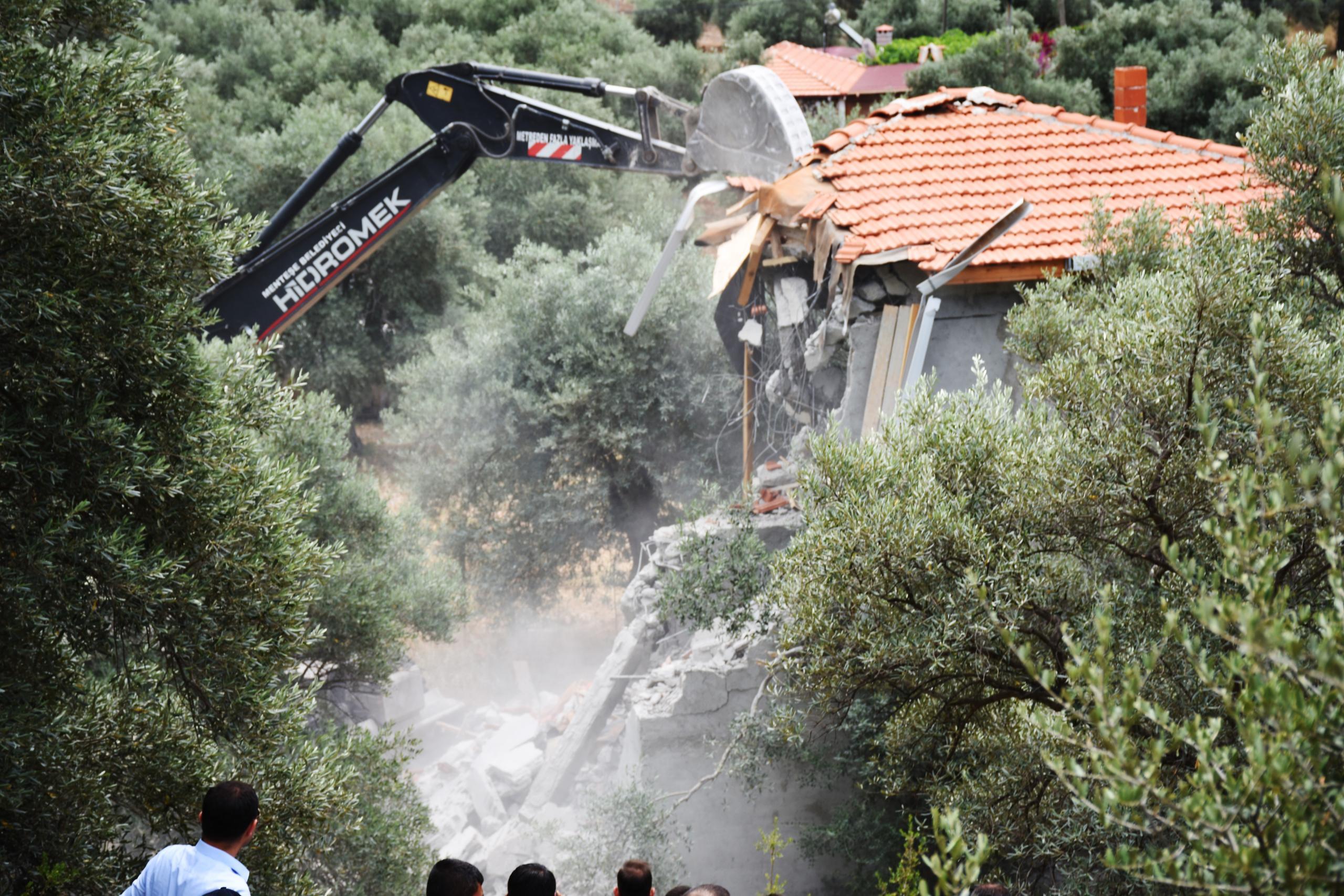 Akbük Koyu'nda kaçak yapıların yıkımı sürüyor