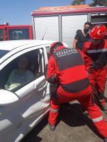 Fethiye'de kaza yapan otomobilde sıkışan sürücüyü itfaiye kurtardı