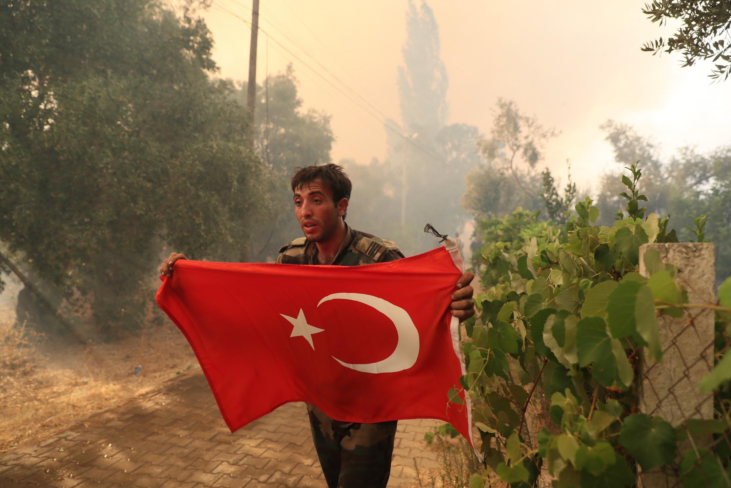 Marmaris'teki orman yangınında görevli Azerbaycanlı itfaiyecilerin Türk bayrağı duyarlılığı